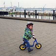 Der Junge auf dem Laufrad